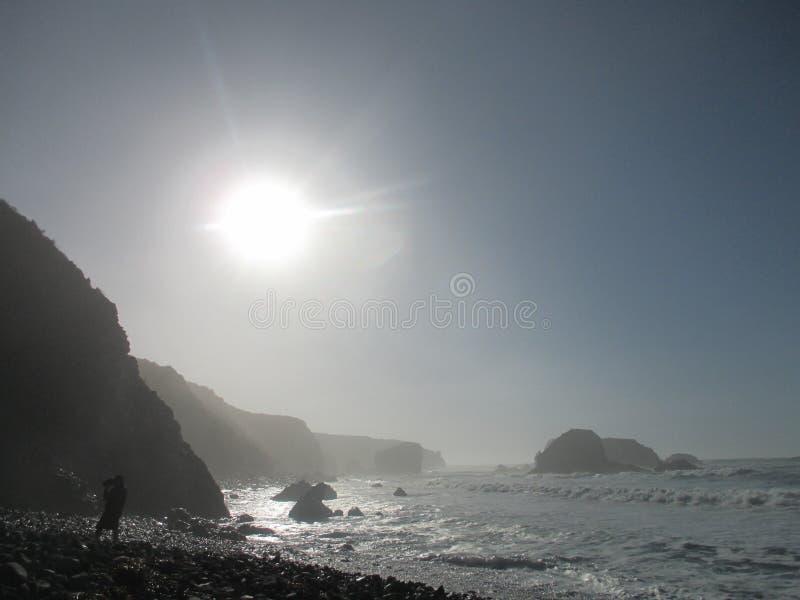 Disigt vagga klippakustlinjen på Jade Cove, Kalifornien, stora Sur arkivfoton