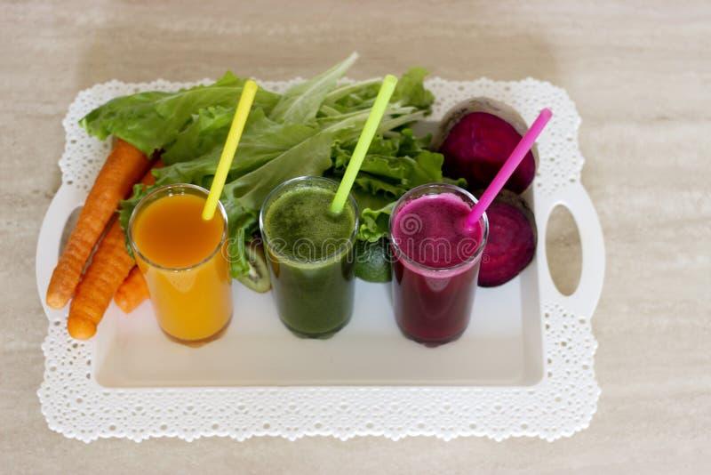 Disintossicazione di verdure dei frullati - carota, barbabietola ed insalata verde immagini stock libere da diritti