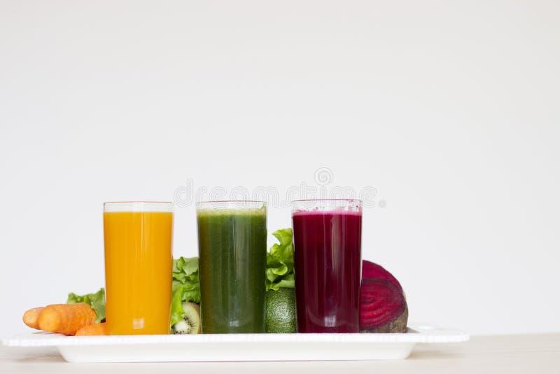 Disintossicazione di verdure dei frullati - carota, barbabietola ed insalata verde fotografie stock libere da diritti