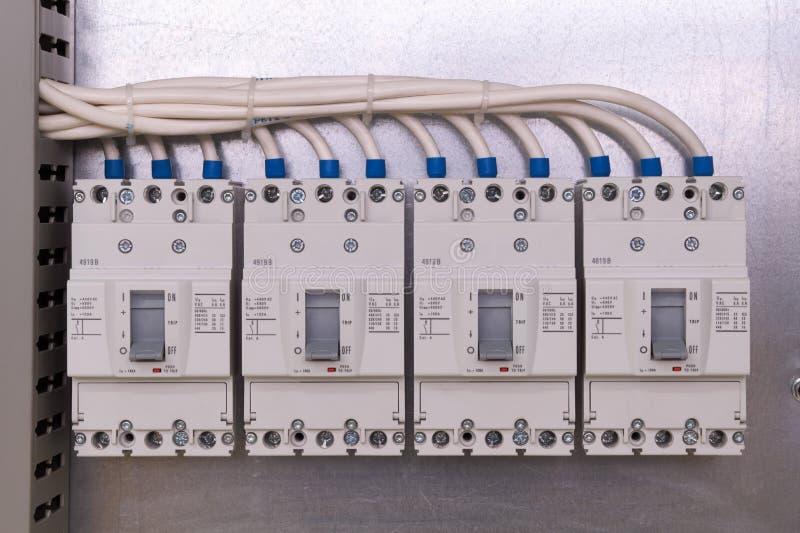 Disjoncteurs d'alimentation dans l'armoire électrique images stock