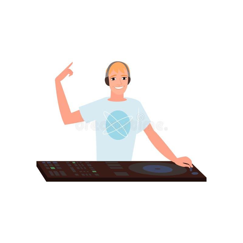 Disk jockey sonriente con los auriculares que mezclan pistas en la placa giratoria en el fondo blanco libre illustration