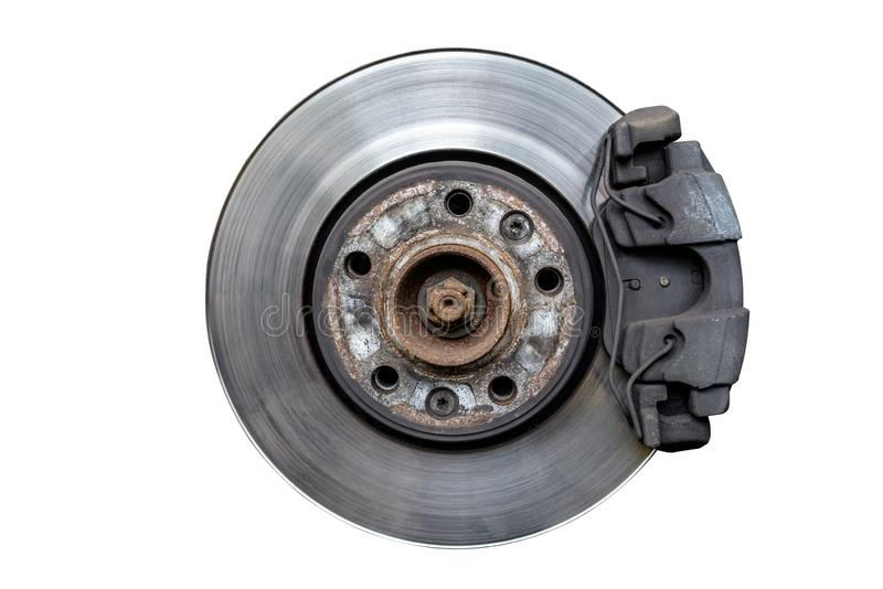 Disketter för främre broms med klämman och bromsblock i bilen som isoleras på en vit bakgrund med en snabb bana arkivfoto