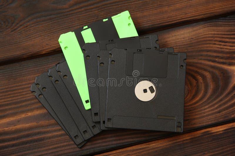 Disketter och skivor på träbakgrund royaltyfri bild