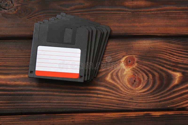 Disketter på träbakgrund Gammal teknik royaltyfria bilder