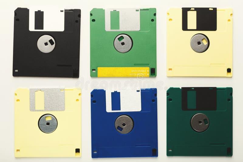 Diskettes retras aisladas en el fondo blanco imagenes de archivo
