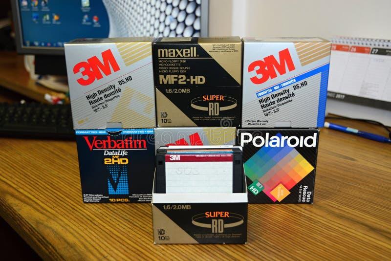 Diskettes 3 5 ` Woordelijk 3M, maxell, Polaroidcamera stock foto's