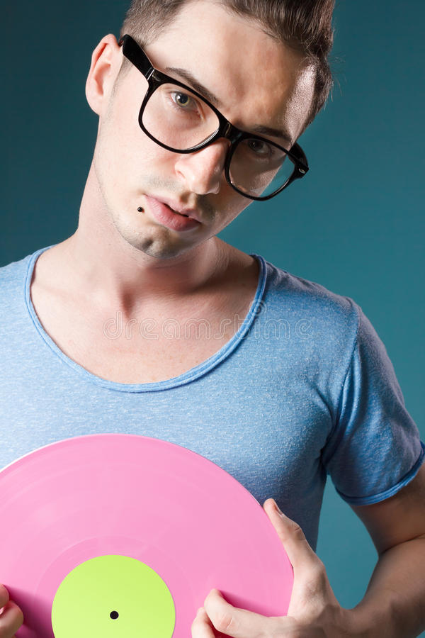 Diskjockey mit den transparenten Gläsern, die rosafarbenes viny anhalten stockbild