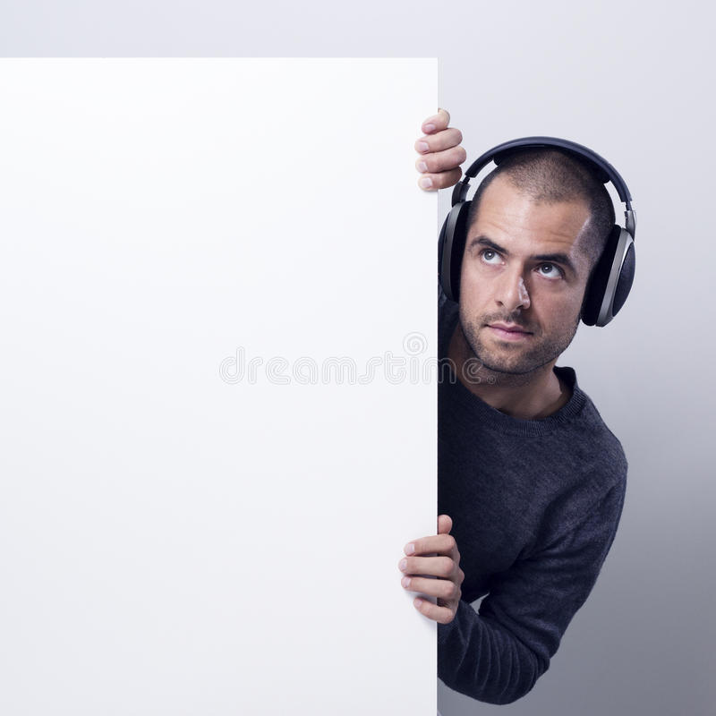 Diskjockey som rymmer en vit affischtavla arkivbilder
