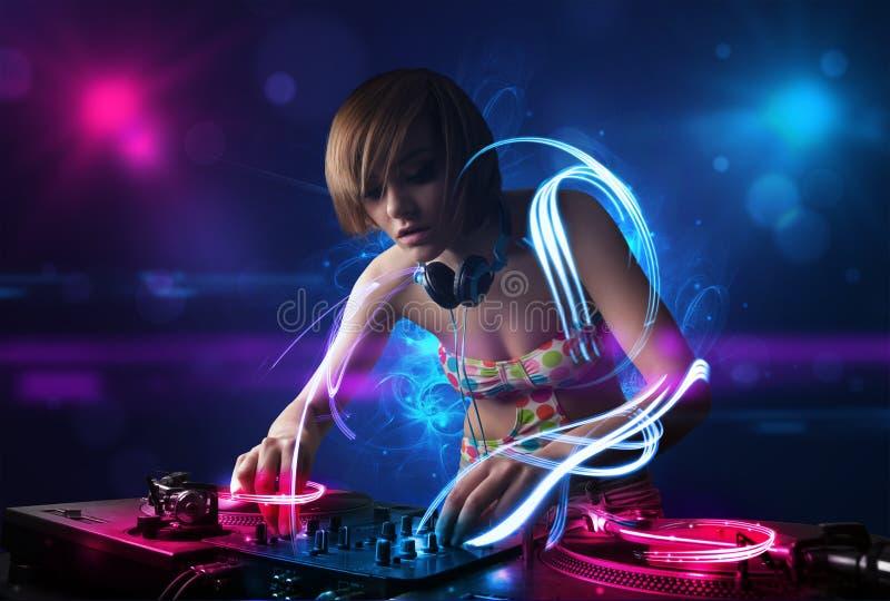 Diskjockey som spelar musik med electro ljusa effekter och ljus royaltyfri bild