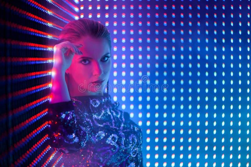 Diskodansare i neonljus i nattklubb Kvinna f?r modemodell i neonljus royaltyfri foto