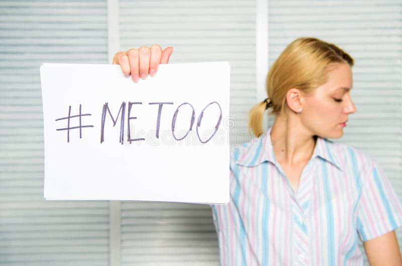 Diskrimineringklagomål Kvinnlig anfallstatistik Hashtag för inskrift för affisch för håll för kvinnastillhetframsida mig för offe royaltyfria foton