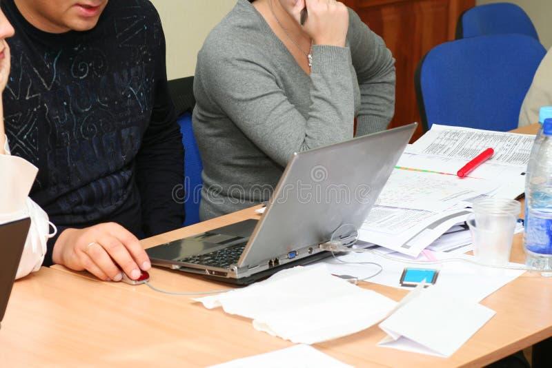Diskussion auf der Sitzung, drei Kursteilnehmer herum lizenzfreie stockbilder