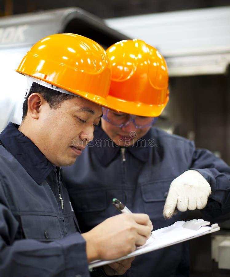 Diskussion för fabriksarbetare royaltyfria bilder