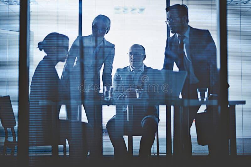 Diskussion im Büro lizenzfreie stockbilder