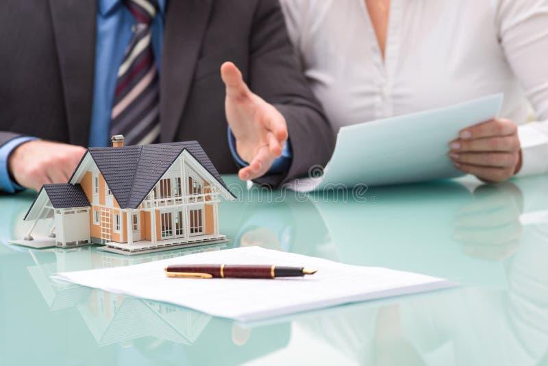 Diskussion mit einer Immobilienagentur stockfotos