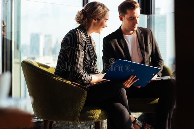 Diskussion och startkoncept för företagsteamet Framgångsrika affärsmän som diskuterar tillsammans i konferensrum arkivfoto