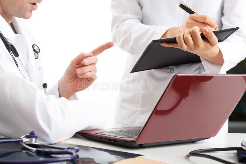 Diskussion om behandlingresultat arkivfoton
