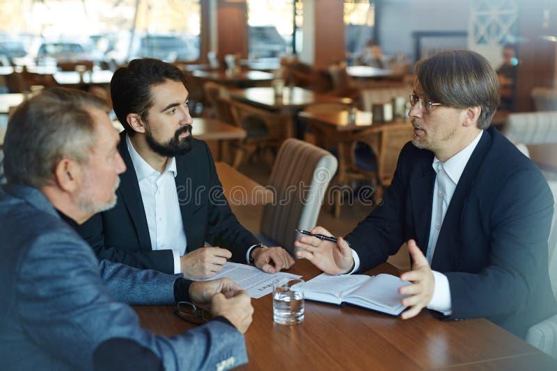 Diskussion von allgemeinen Geschäftsbedingungen mit Teilhabern stockfotografie