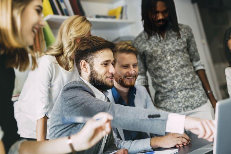 Diskussion von neuen Ideen in der Firma stockfoto