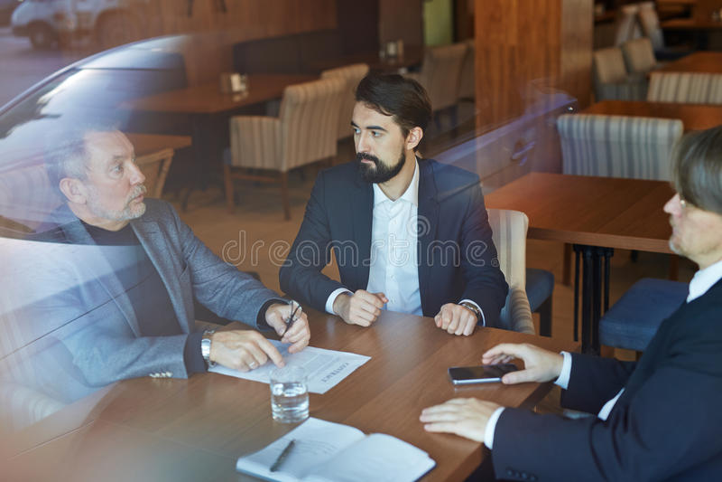 Diskussion von Vertrags-Details mit Teilhabern stockfoto