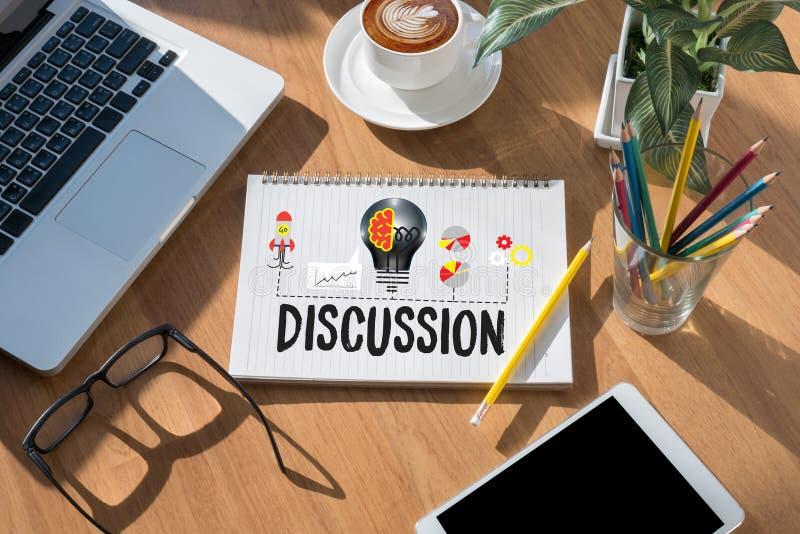 DISKUSSION zum Treffen von den großen Entscheidungen, die s gestikulieren und besprechen stockbild