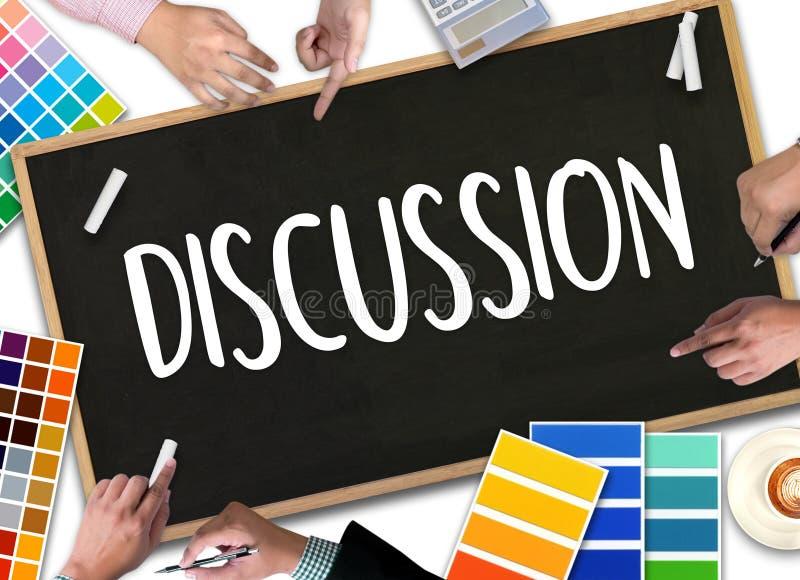 DISKUSSION zum Treffen von den großen Entscheidungen, die s gestikulieren und besprechen stockfotografie