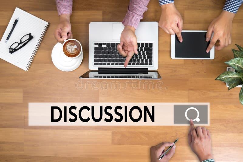 DISKUSSION zum Treffen von den großen gestikulierenden und besprechenden Entscheidungen stockbild