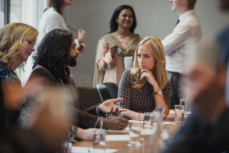 Diskussioner under konferensen royaltyfri foto