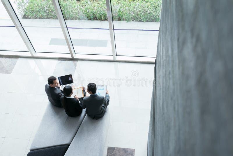 Diskutera affärsstrategi arkivfoton