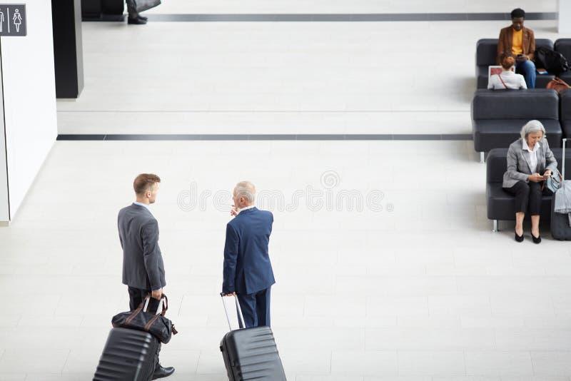 Diskutera affärstur i flygplats royaltyfria foton