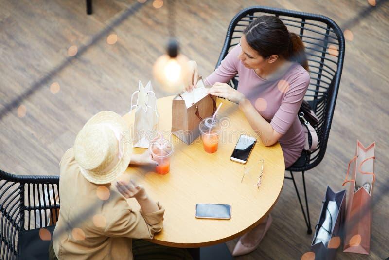 Diskutera det bra köpet i kafé royaltyfri bild