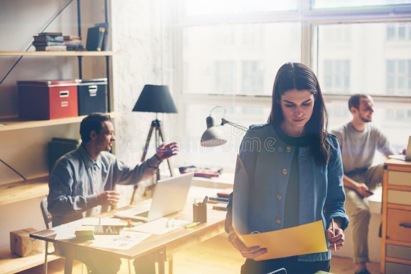 Diskutera för lagarbete Öppet utrymmekontor och startup besättningidékläckning på det nya projektet royaltyfria foton