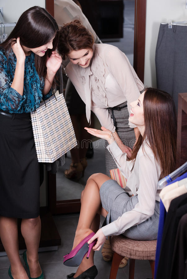 Diskutera fynd, medan försöka på nya skor royaltyfri foto