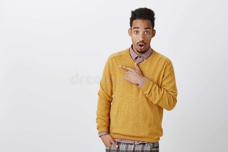Diskutera med chockerande skvaller för vän om klasskompis Manlig student för attraktiv afrikansk amerikan med den afro frisyren i arkivbild