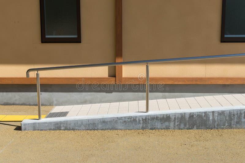 Diskvattenbana till toaletten med den rostfria stången för ledstångmetall för disable- och toalettvägg arkivbild