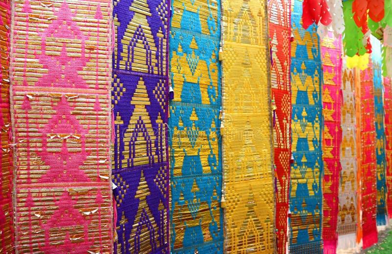 Disminuya la perspectiva de la bandera larga tradicional colorida o de Toong de la región septentrional de Tailandia en templo bu fotos de archivo