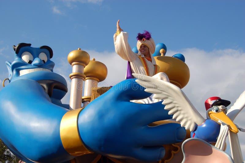 Disney Aladdin en Genie tijdens een parade stock afbeeldingen