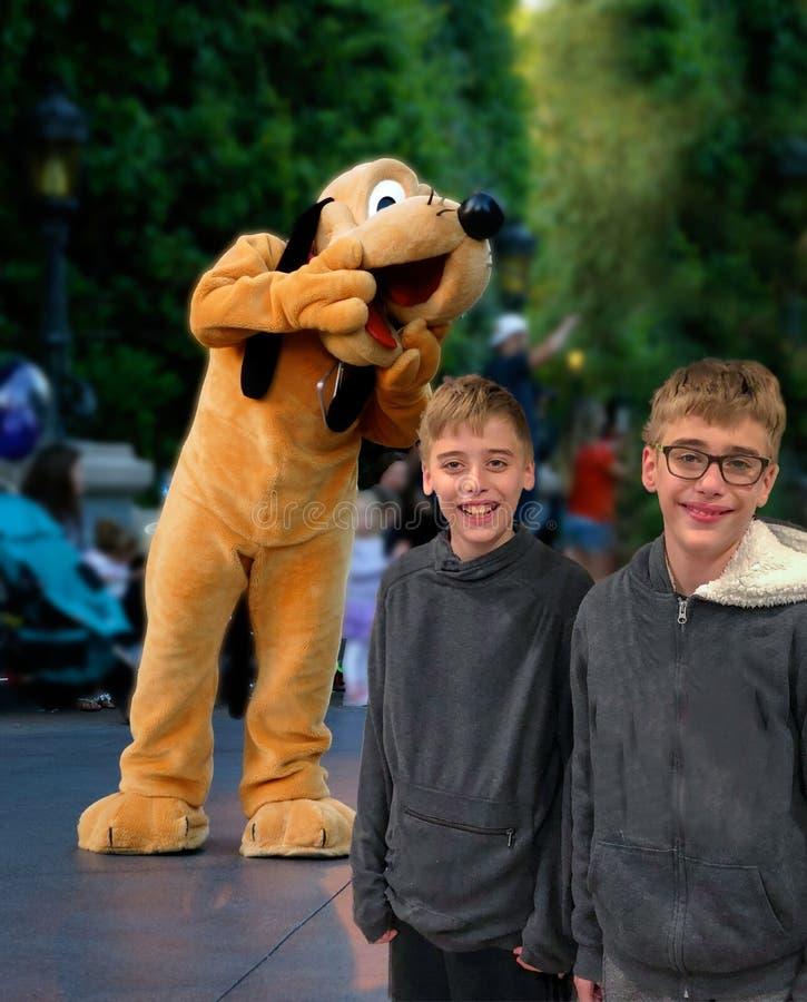 Disney-de Pluto van de Karakterparade met kinderen het glimlachen royalty-vrije stock afbeelding