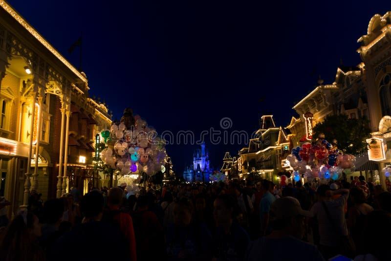 Disney głównej ulicy Światowy usa przy nocą obraz stock