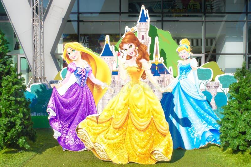 Disney-Prinsessen Rapunzel, Schoonheid, Cinderella en Disney-kasteel achter hen stock afbeelding