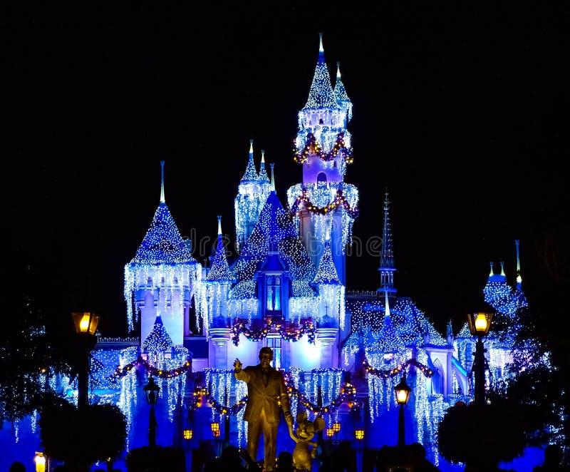 Disney-Schloss funkelt mit der Magie von Weihnachten stockfoto