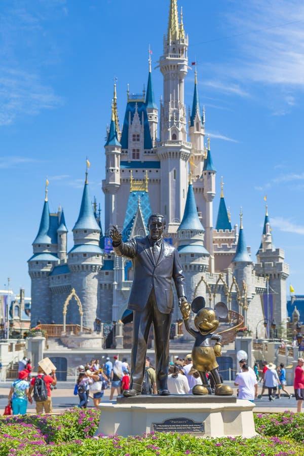 Disney värld Orlando Florida Magic Kingdom Castle med Walt Disney och Micky Mouse royaltyfria foton