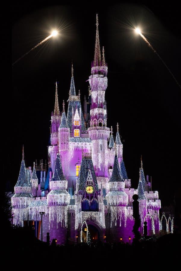 Disney världsCinderellas slott med fyrverkerier arkivfoto
