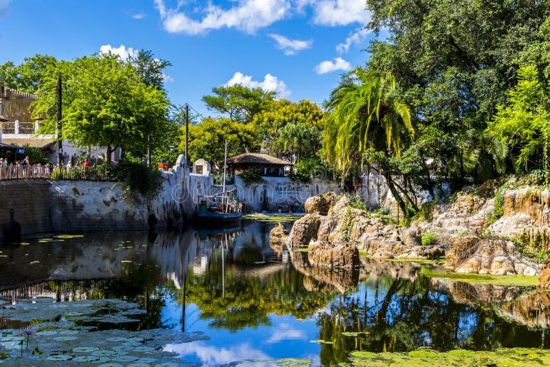 Disney världsOrlando Florida Animal Kingdom fartyg på vatten i Afrika arkivbilder