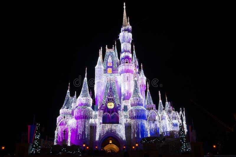 Disney världsslott på jul arkivbild
