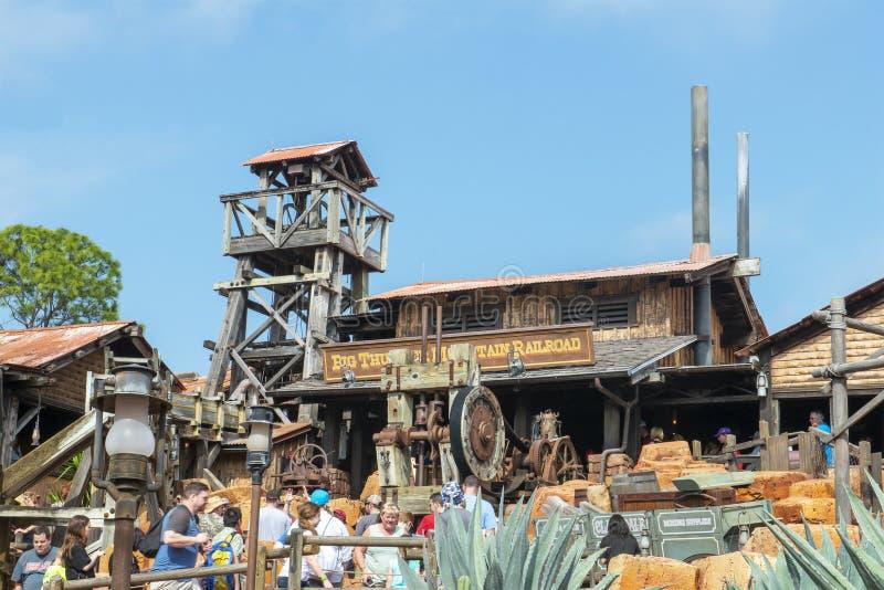 Disney World, curso, montanha russa grande da estrada de ferro da montanha do trovão imagens de stock