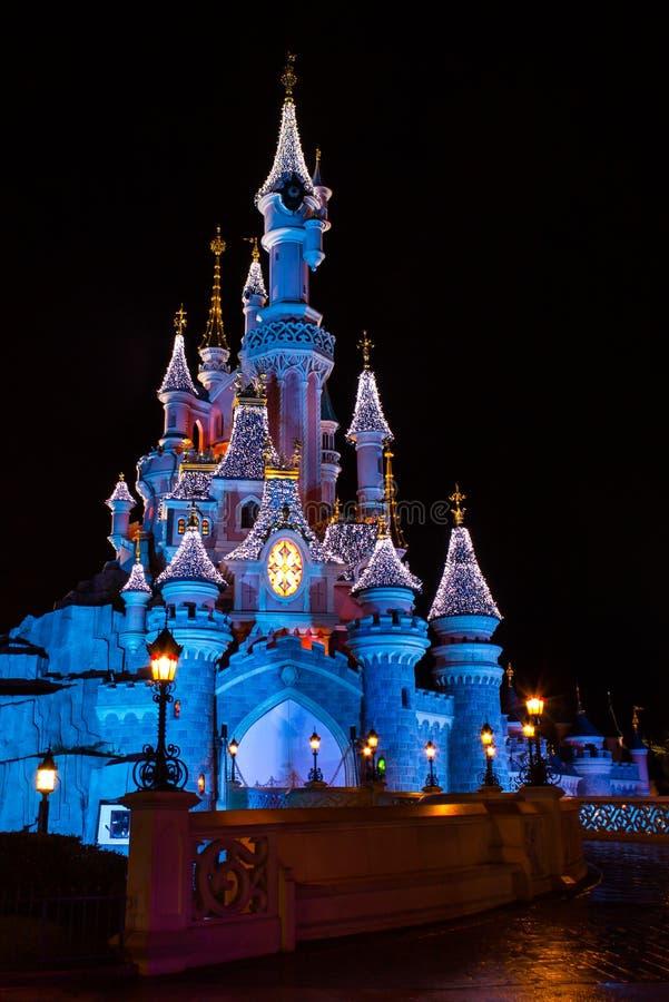 Disneyland Παρίσι Castle τη νύχτα με τις διακοσμήσεις Χριστουγέννων στοκ φωτογραφίες