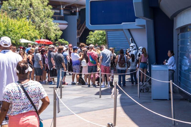 Disneyland, Anaheim, Californië, de V.S. De rij voor een het onderhouden aantrekkelijkheid stock afbeelding