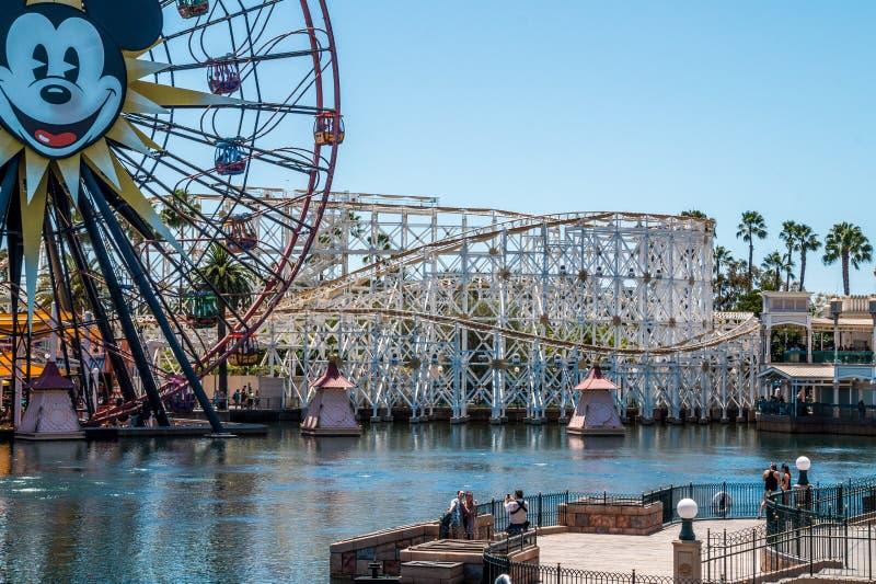 Disneyland, Anaheim, California, U.S.A. Montagne russe e rotella di ferris Feste allegre della famiglia immagini stock