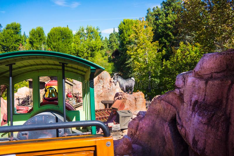 Disneyland Dużego grzmotu linii kolejowej pociągu Halna przejażdżka obrazy stock